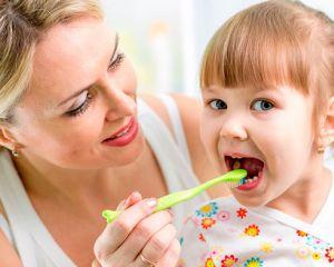 Saiba como fazer o uso correto da pasta de dentes na escovação infantil